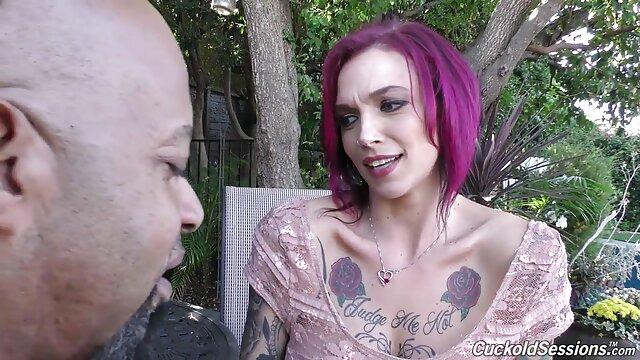 Ramira se videos xxxen español gratis desnuda y se divierte en una jaula cercana