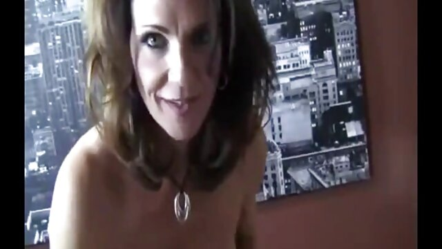 La milf americana Lucky se divierte mucho con un consolador rojo videos xxx subtitulado español