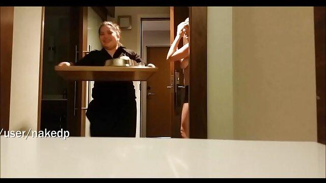 Rubia adolescente acaricia la polla y chupa nueces hasta que su hombre se corre videos xxx de españoles